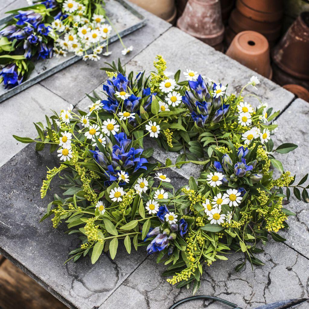 Enkle trinn for å lage din egen blomsterkrans