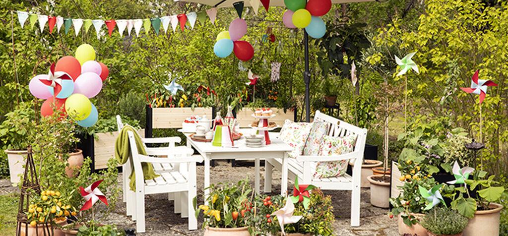 Innred uterommet med utemøbler og planter