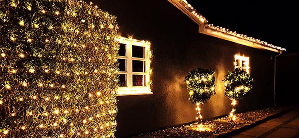Pynt med lysslynger utendørs