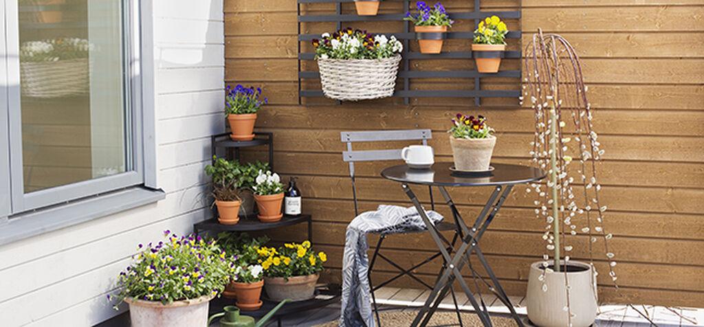 Pynt vårentréen med planter og dekorasjoner